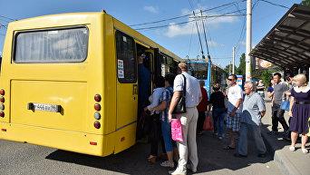 Люди на остановке общественного транспорта в районе улицы Бородина в Симферополе