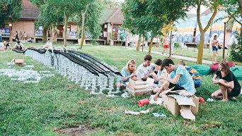 Участники сессии Молодые архитекторы, урбанисты и дизайнеры в рамках Всероссийского образовательного молодежного форума Таврида собрали символический макет моста через Керченский пролив