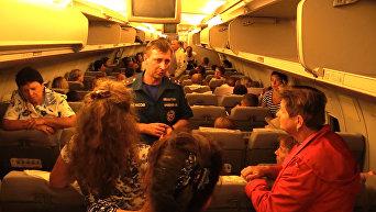 В ожидании вылета из Крыма: дети спят на полу, у взрослых сдают нервы