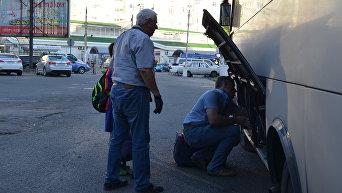 Туристы на автовокзале Симферополя. Высадка пассажиров, приехавших по единому билету