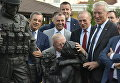 Французские делегаты фотографируются у памятника Вежливым людям в Симферополе