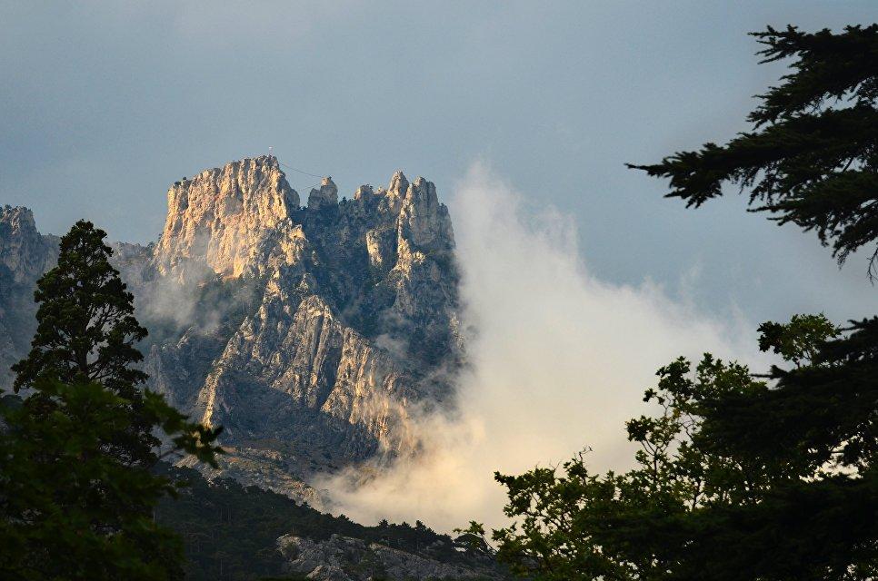 Вершина горы Ай-Петри в Крымских горах в составе массива Ай-Петринская яйла