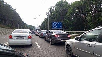 Пробка перед Ангарским перевалом в сторону ЮБК из-за усиленных мер безопасности. 7 августа 2016 года