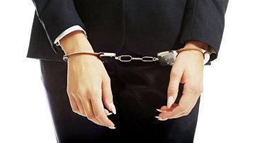 Женщина в наручниках