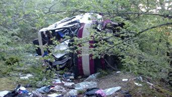 Рейсовый автобус упал в обрыв в Крыму. Кадры с места ДТП