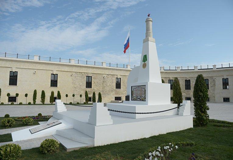 Памятник защитникам батареи на территории внутреннего дворика возрожденной Константиновской казематированной батареи в Севастополе