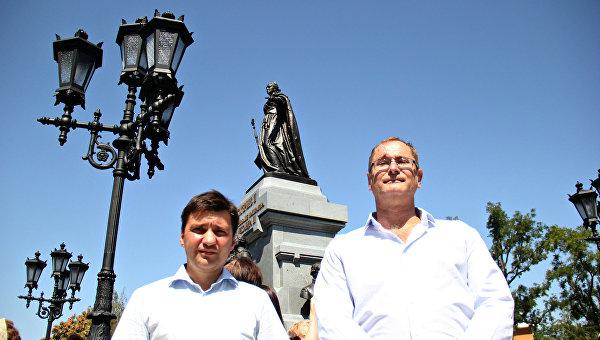 Открытие памятника Екатерине II в Симферополе. Слева направо: скульпторы Константин Кубышкин и Игорь Яворский