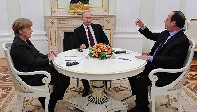 Президент России Владимир Путин (в центре), федеральный канцлер Германии Ангела Меркель и президент Франции Франсуа Олланд во время встречи в Кремле. Архивное фото