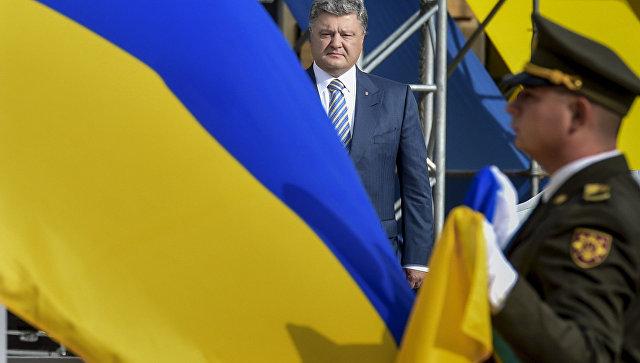 Президент Украины Петр Порошенко на торжественной церемонии поднятия Государственного Флага Украины на Софийской площади в Киеве
