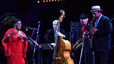 Участники музыкального коллектива Квартет Роберта Анчиполовского и Джанин Картер певица Джанин Картер и саксофонист Роберт Анчиполовский (второй справа) выступают на фестивале Koktebel Jazz Party