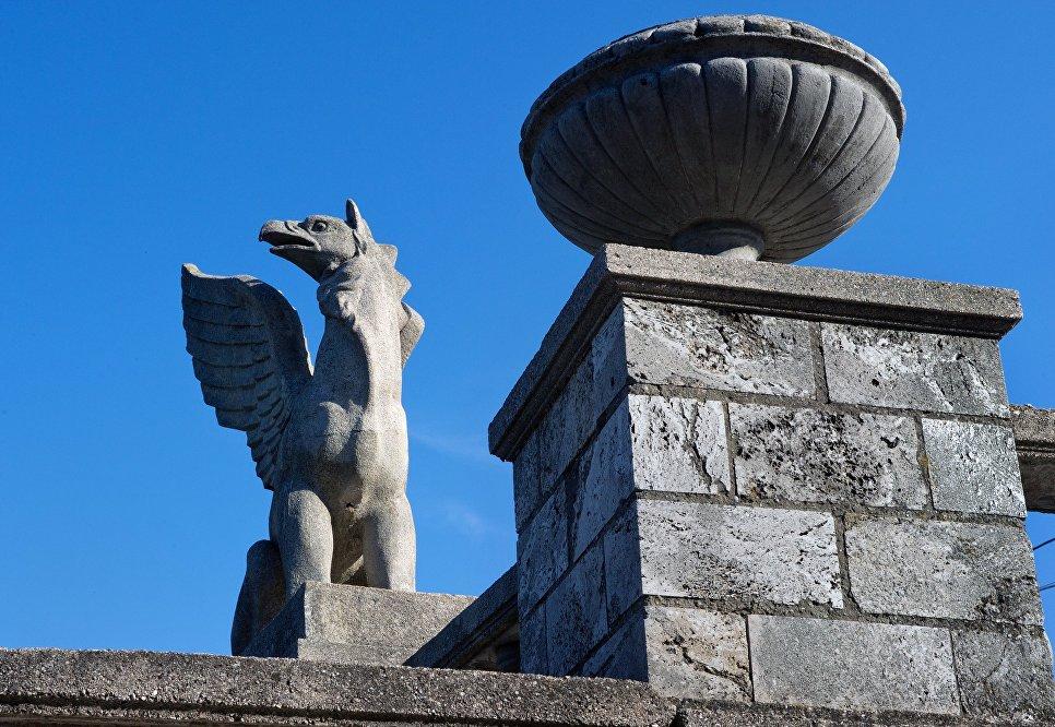 Скульптура грифона на Митридатской лестнице в Керчи