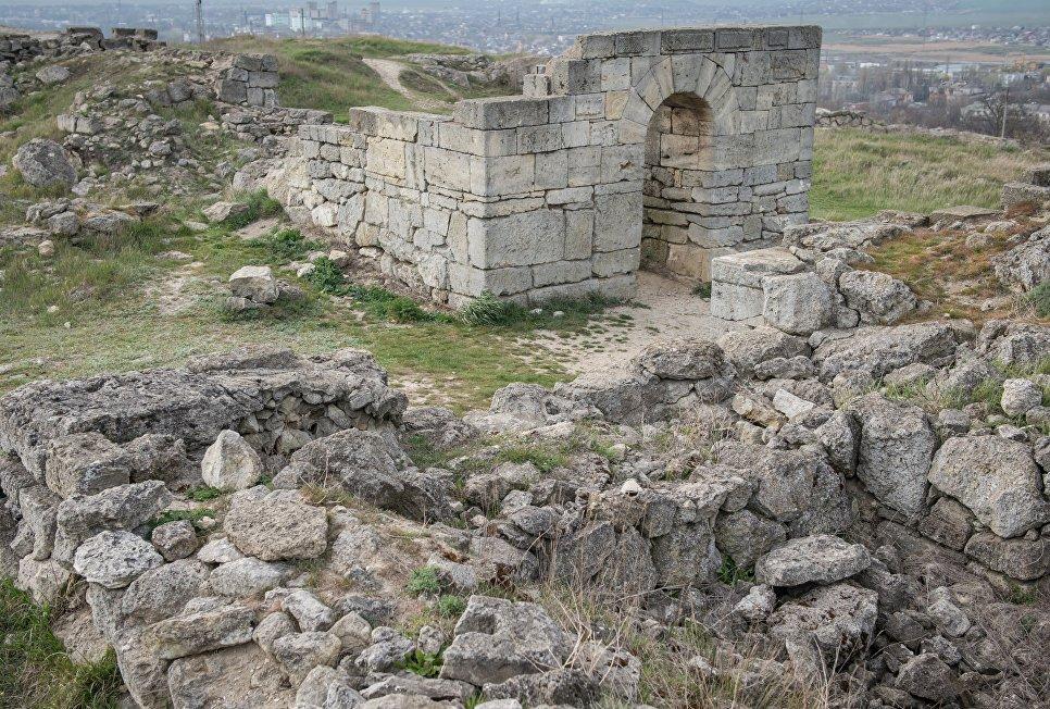 Руины античного города Пантикапей на вершине горы Митридат в Керчи