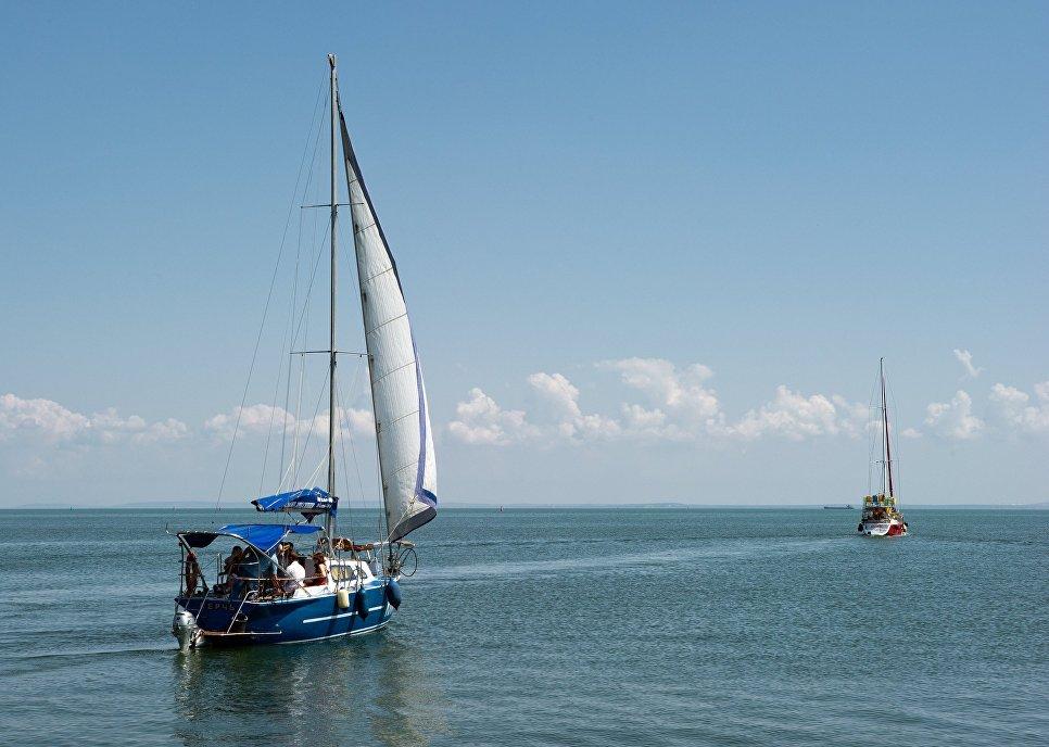 Прогулочные яхты в акватории города Керчь