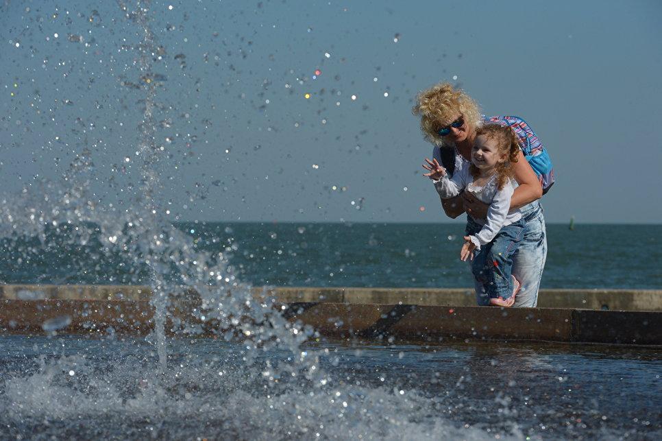 Женщина с ребенком на набережной в Керчи