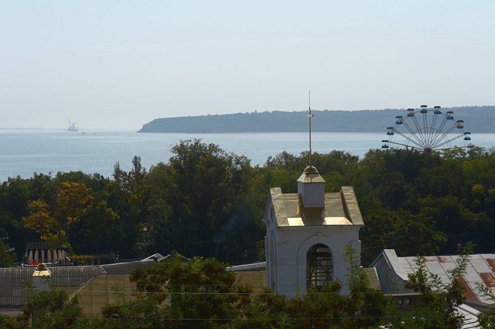 Вид на Керченский залив с улицы старого города на склоне горы Митридат