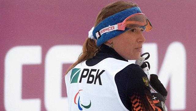 Светлана Коновалова (Россия) на финише гонки на средней дистанции в классе LW 10-12 (сидя) среди женщин в соревнованиях по биатлону на XI Паралимпийских зимних играх в Сочи