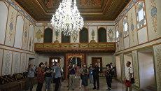 Китайские туристы на экскурсии в Ханском дворце в Бахчисарае