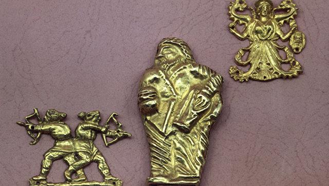 Золотые бляшки (стоящий скиф, стреляющие скифы, змееногая богиня). Скифская культура. Курган Куль-Оба. Из фондов Государственного Эрмитажа