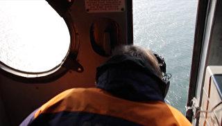Спасатели на вертолете искали  моряков с затонувшего в Крыму плавучего крана