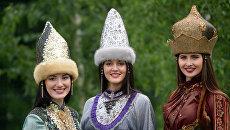 Девушки в национальных костюмах во время ежегодного праздника Сабантуй в Казани