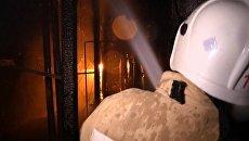 Пожарный во время тушения огня. Архивное фото