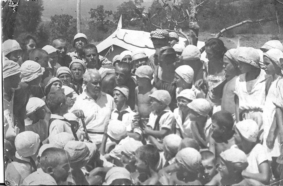 Основатель Артека Зиновий Соловьев с детьми в лагере Артек. 1925 год
