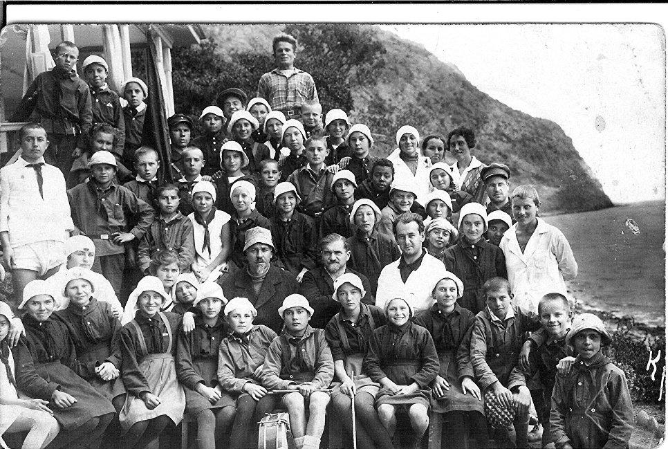 Основатель Артека Зиновий Соловьев и главный врач Артека Федор Шишмарев (во втором ряду в центре) с группой крымских детей. 1927 год