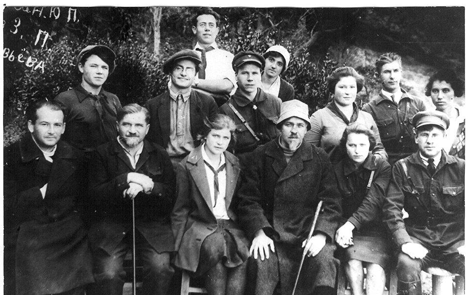 Основатель лагеря Артек Зиновий Соловьев (третий справа в нижнем ряду) с вожатыми. 1927 год