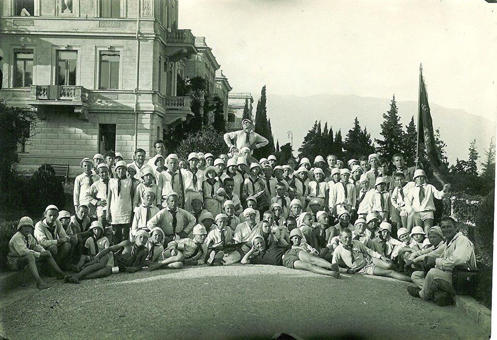 Артековцы на экскурсии в Ливадийском дворце. 1925 год