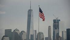 Американский флаг на фоне зданий в Нью-Йорке