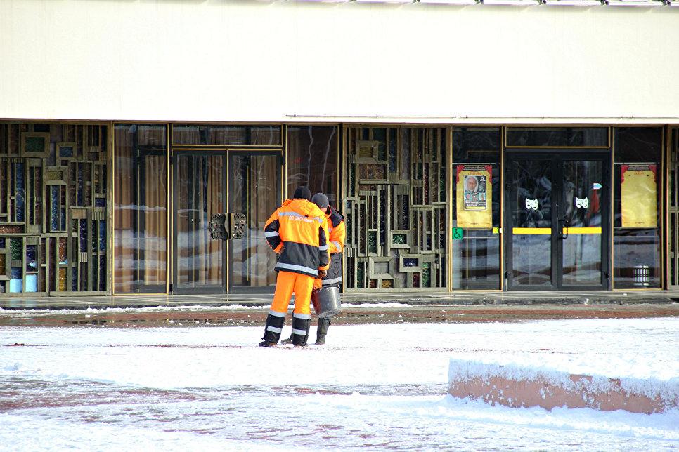 Коммунальщики Симферополя посыпают площадь им. Ленина
