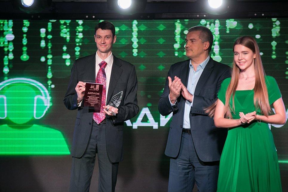Обозреватель радио Спутник в Крыму Андрей Матюхин получает награду от главы Республики Крым Сергея Аксенова на подведении итогов конкурса Журналист года