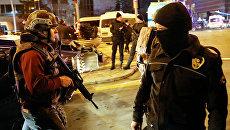 Турецкие полицейские в районе галереи в Анкаре, где совершено нападение на посла России в Турции Андрея Карлова