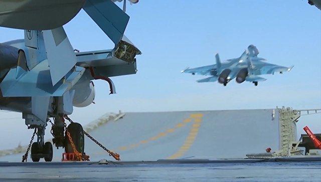 Истребитель Су-33 производит взлет с палубы тяжелого авианесущего крейсера Адмирал Кузнецов