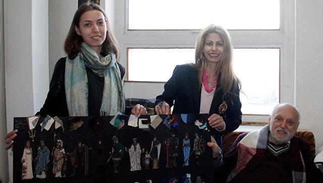 Греческий режиссер Ангелос Сидератос и эскизы костюмов, которые будут сшиты для пьесы Троянки