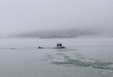 ВКрыму три человека провалились под лед наводохранилище