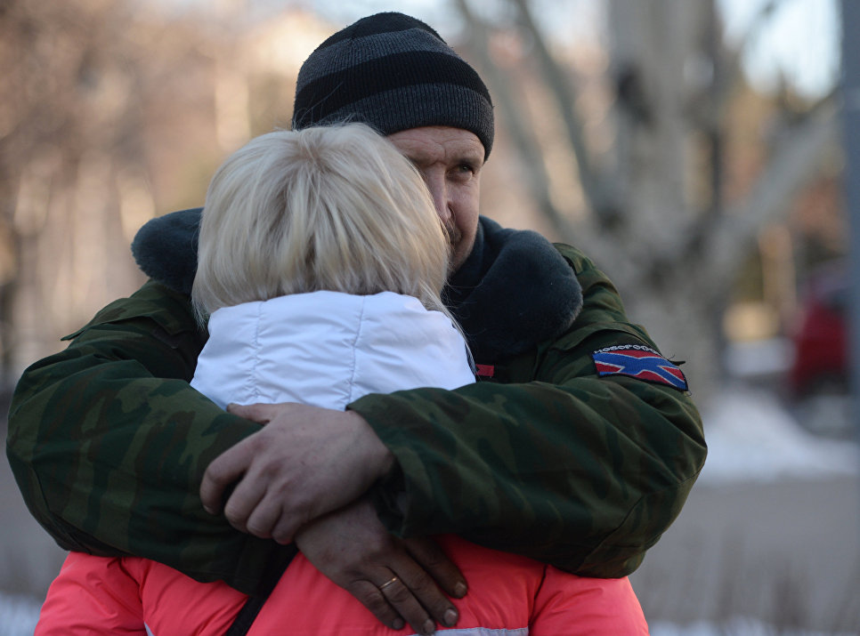 Женщина прощается с ополченцем ДНР