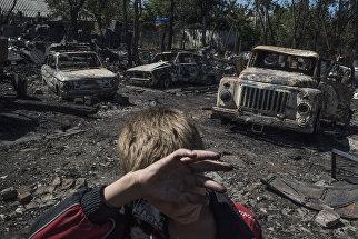Автомобили, сгоревшие в результате обстрела украинскими силовиками, в поселке Лозовое города Донецка. Июль 2016 года.
