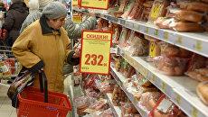 Продукты на полках супермаркета