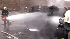 В Симферополе перевернулся и загорелся бензовоз