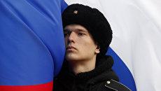 Военный и флаг Российской Федерации. Архивное фото