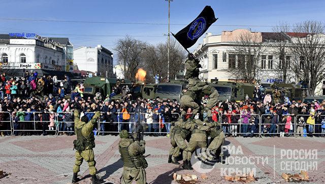 Показательные выступления военных во время праздничный мероприятий ко Дню защитника Отечества в Симферополе