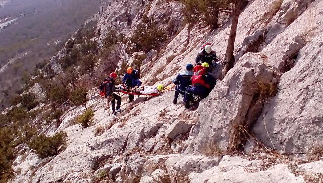 Спасатели пришли на помощь сорвавшейся со скалы альпинистке