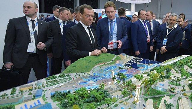 Премьер-министр РФ Дмитрий Медведев ознакомился со стендом Севастополя на Российском инвестиционном форуме в Сочи