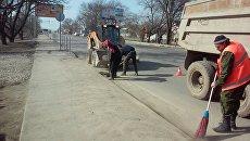 В Симферополе идет работа по уборке дорожной сети после зимнего периода