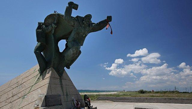 Памятник морякам-десантникам, установленный около города Евпатории