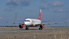 Самолет в аэропорту Симферополь