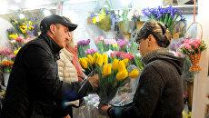 Торговля цветами в Симферополе накануне 8 Марта