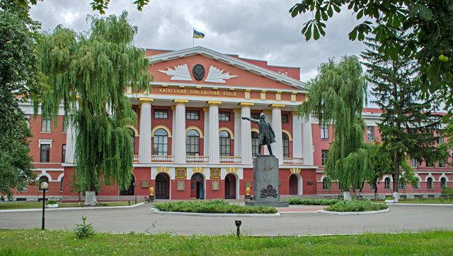 Памятник Суворову перед Киевским военным лицеем