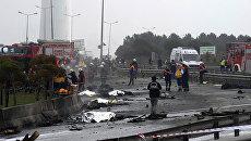 Пожарные на месте разбившегося в Стамбуле вертолета
